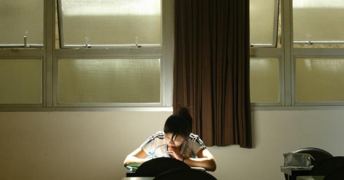 2/8: Local de estudo organizado - Para se concentrar bem na hora do estudo é preciso silêncio, tranquilidade, um lugar isolado e bem iluminado. O estudante deve deixar as distrações, como celulares, de lado Lalo de Almeida/Folhapress