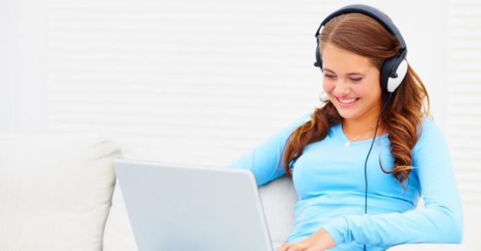 """3/8: Sem música na hora de estudar - A música na hora dos estudos atrapalha e contribui para a desatenção. """"É muito importante que, ao estudar, o aluno reproduza e simule o momento e ambiente das avaliações. E como os locais dos exames são silenciosos, é importante ter a concentração em mente"""", afirmou Bertolla Getty Images"""