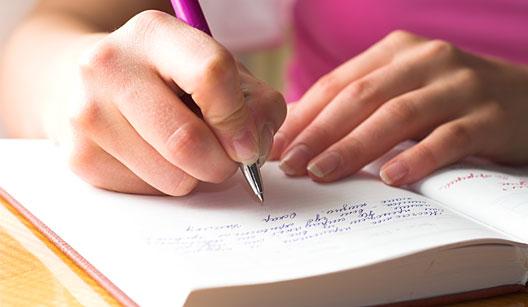 """4/8: Escreva - Escrever ajuda a compreender o assunto que está sendo estudado. """"Se o aluno se render apenas à leitura do conteúdo, pode perder a concentração. A escrita ajuda na hora de relembrar o conteúdo, no momento em que é cobrado na prova"""", disse o coordenador do CPV Vestibulares Ayrton Vignola/Folhapess4/8: Escreva - Escrever ajuda a compreender o assunto que está sendo estudado. """"Se o aluno se render apenas à leitura do conteúdo, pode perder a concentração. A escrita ajuda na hora de relembrar o conteúdo, no momento em que é cobrado na prova"""", disse o coordenador do CPV Vestibulares Ayrton Vignola/Folhapess"""