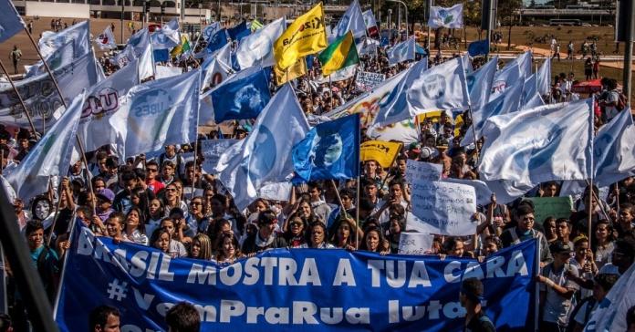 27jun2013---estudantes-realizam-manifestacao-na-esplanada-dos-ministerios-em-brasilia-df-nesta-quinta-feira-27-para-cumprir-a-meta-de-investimento-de-10-do-pib-em-educacao-prevista-no-pne-plano-1372345913235_95