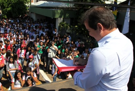 """Na carta consta que os estudantes acreanos acreditam que os recursos oriundos de uma matéria-prima não renovável deve ser o meio pelo qual o Brasil e o Acre devem dar um passo mais largo rumo ao país do futuro. """"Somente por meio da educação conseguiremos produzir as profundas transformações de que a nação necessita."""